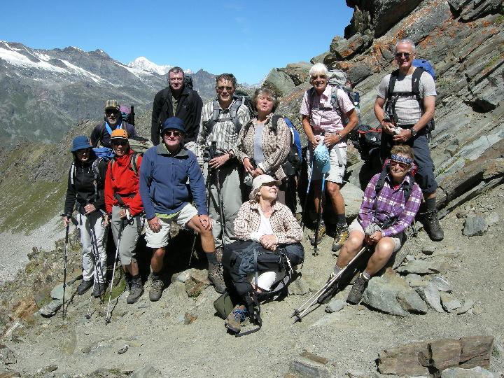 Gruppe auf Col Fenêtre mit Mont Blanc