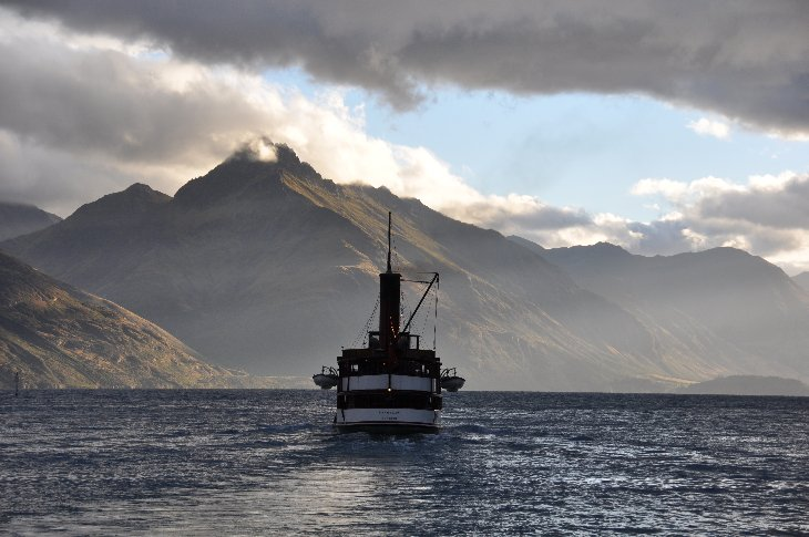 The steamer Ernslaw on Lake Wakatipu