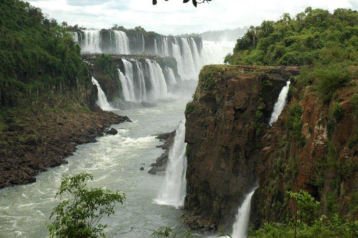 Iguazu Wasserfälle, im Hintergrund die Garganta del Diablo