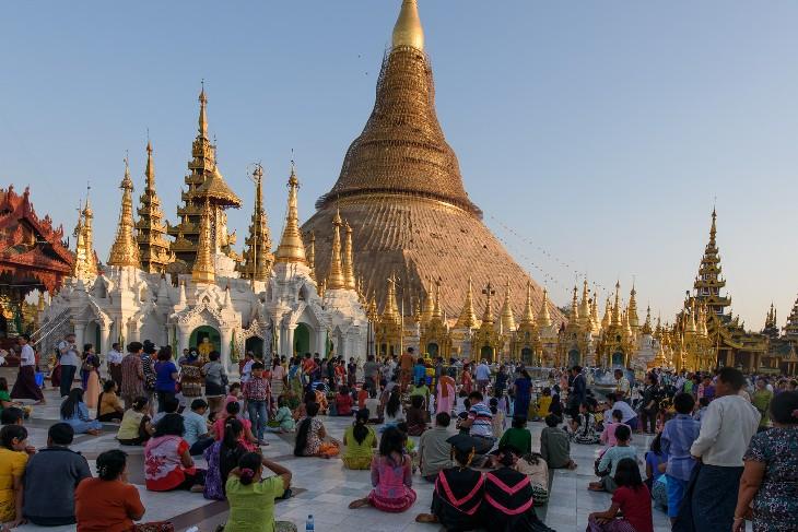 Buddist worshippers at the Shwedagon Pagoda